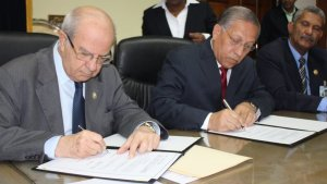 """""""President of the University of Panama Dr. Gustavo Garcia De Paredes (left) together to President of the Adventist Church in East Panama Pastor Jose De Gracia sign special agreement on May 15, 2014, at the campus of the University of Panama in Panama City, Panama. Both entities will join efforts in developing initiatives to counter the growing violence affecting the most vulnerable sectors in the Central American country. Image courtesy of East Panama Conference/IAD http://www.interamerica.org/?p=12222#axzz36EkE4Akj"""